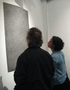 Faranú (rechts) bij de opening van Songs of Charcoal