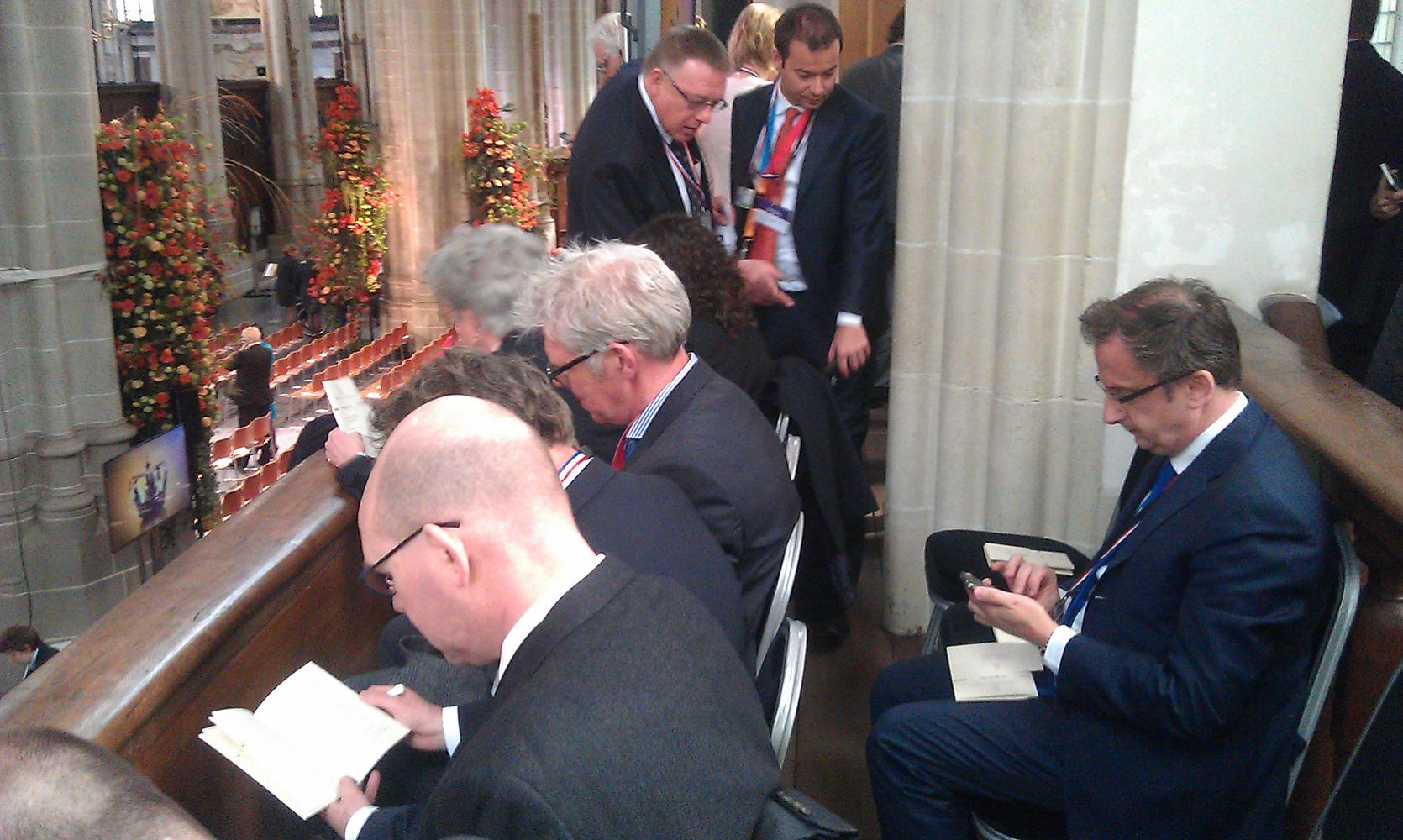 Journalisten checken het laatste nieuws