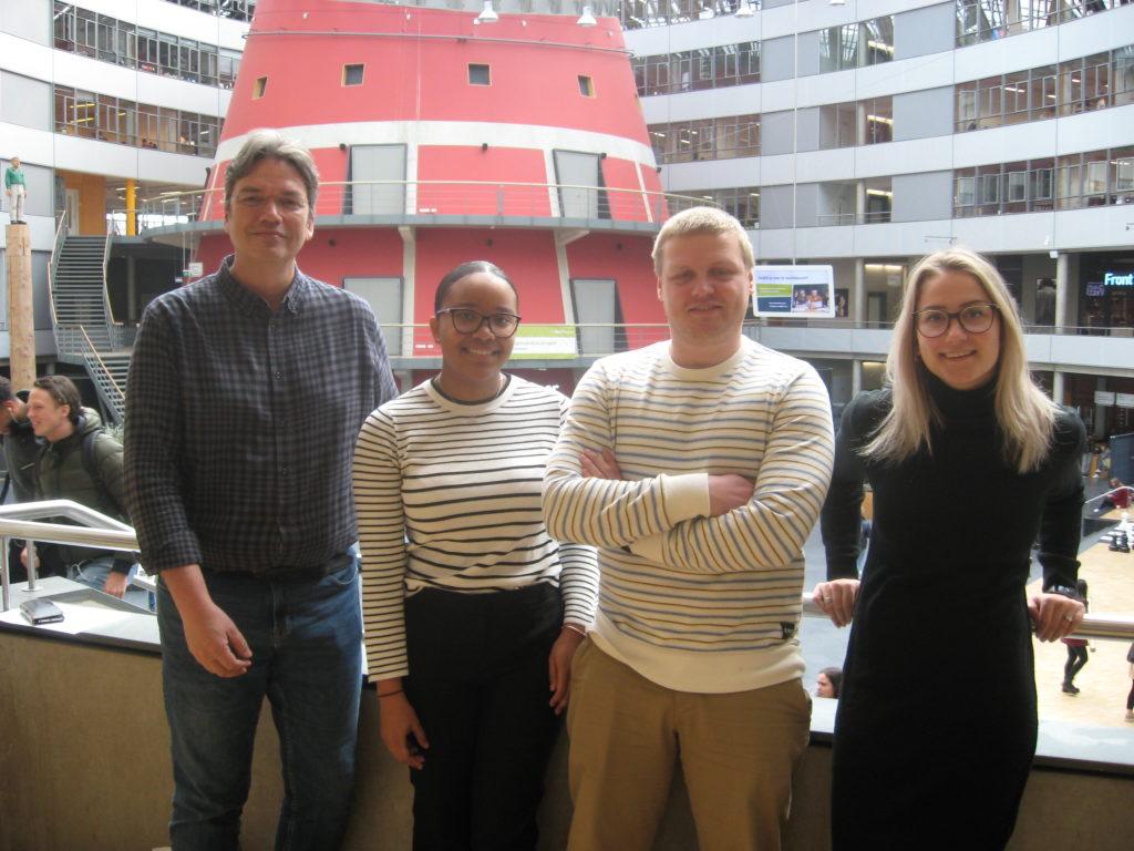 Docent Marcel Daniëls en de studenten Rishainy, Maurits en  Sanne in het hoofdgebouw van de Haagse Hogeschool.